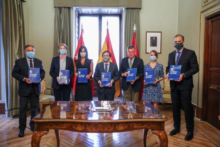 Alcalde, vicealcaldesa y portavoces de los grupos municipales durante la firma de los acuerdos