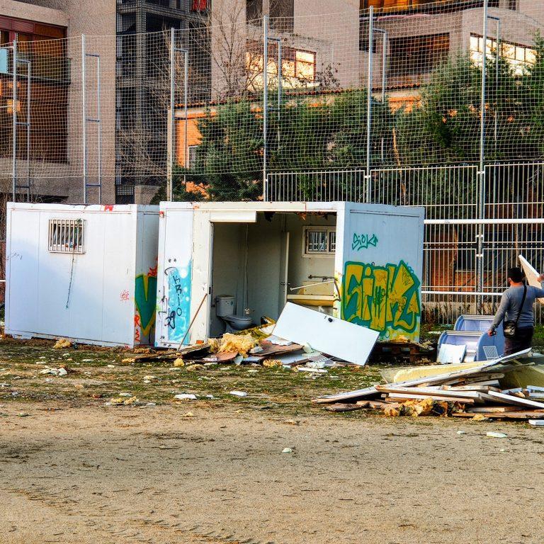 Demolición de los vestuarios de la instalación deportiva del barrio del Aeropuerto