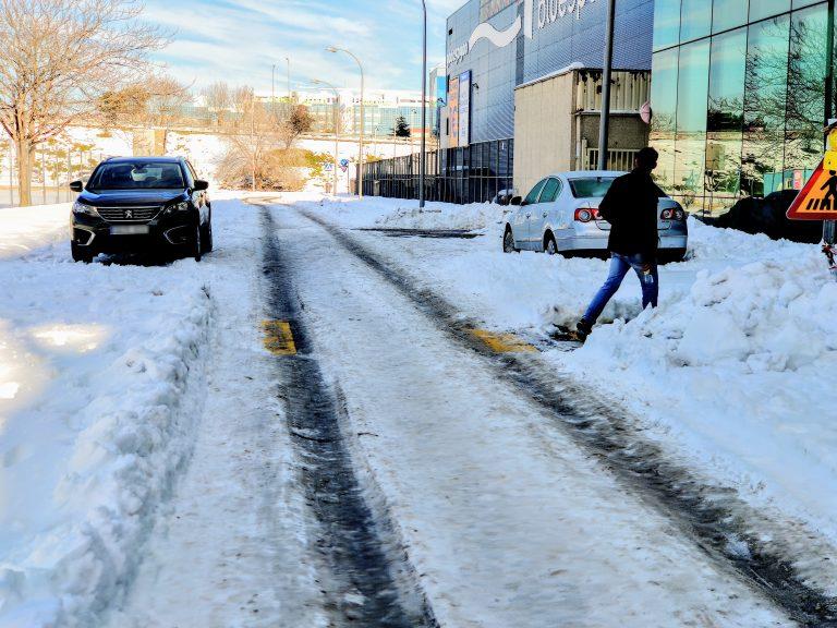 La calle Trespaderne cubierta de grandes plazas de hielo