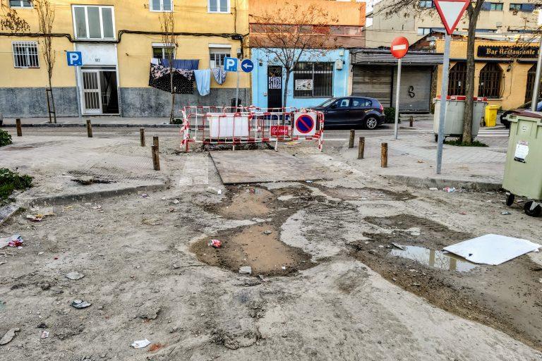 Acceso al barrizal situado en la calle Pradoluengo